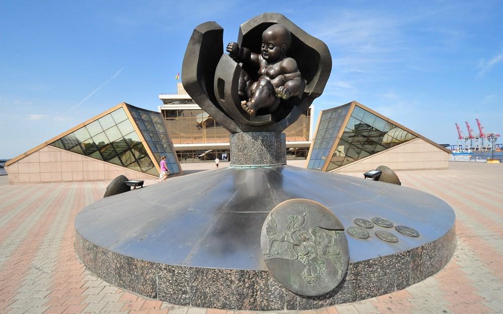 Одесса скульптура Золотое дитя города1