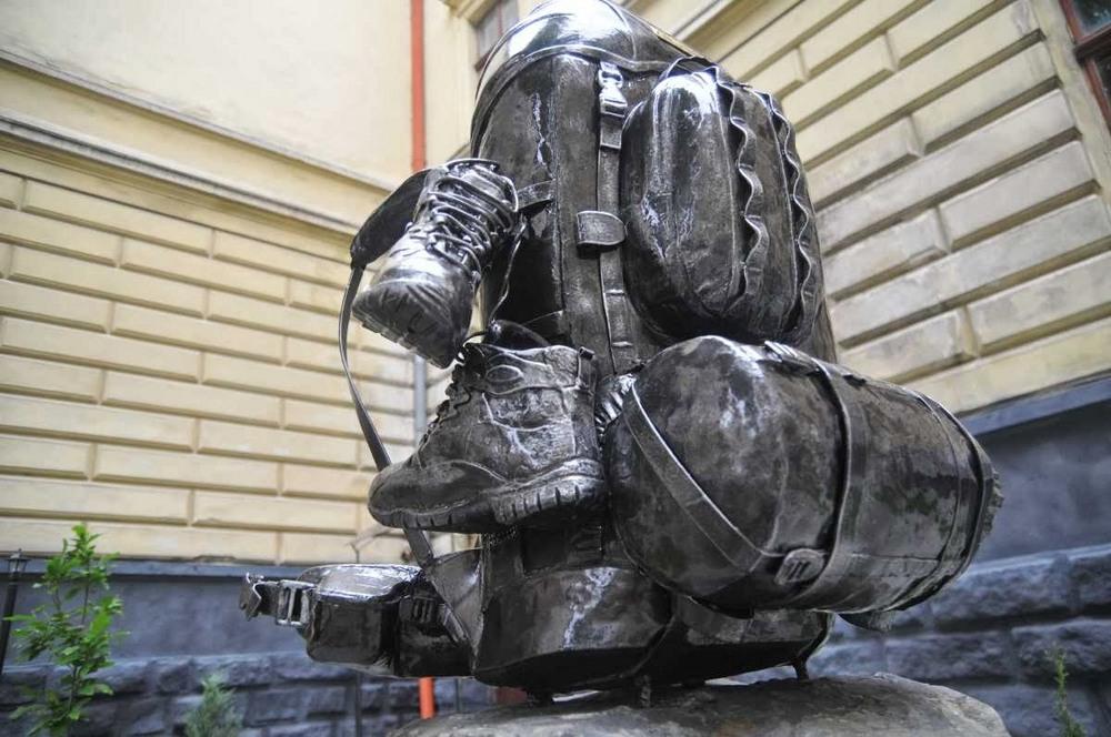 Львов. Памятник рюкзаку